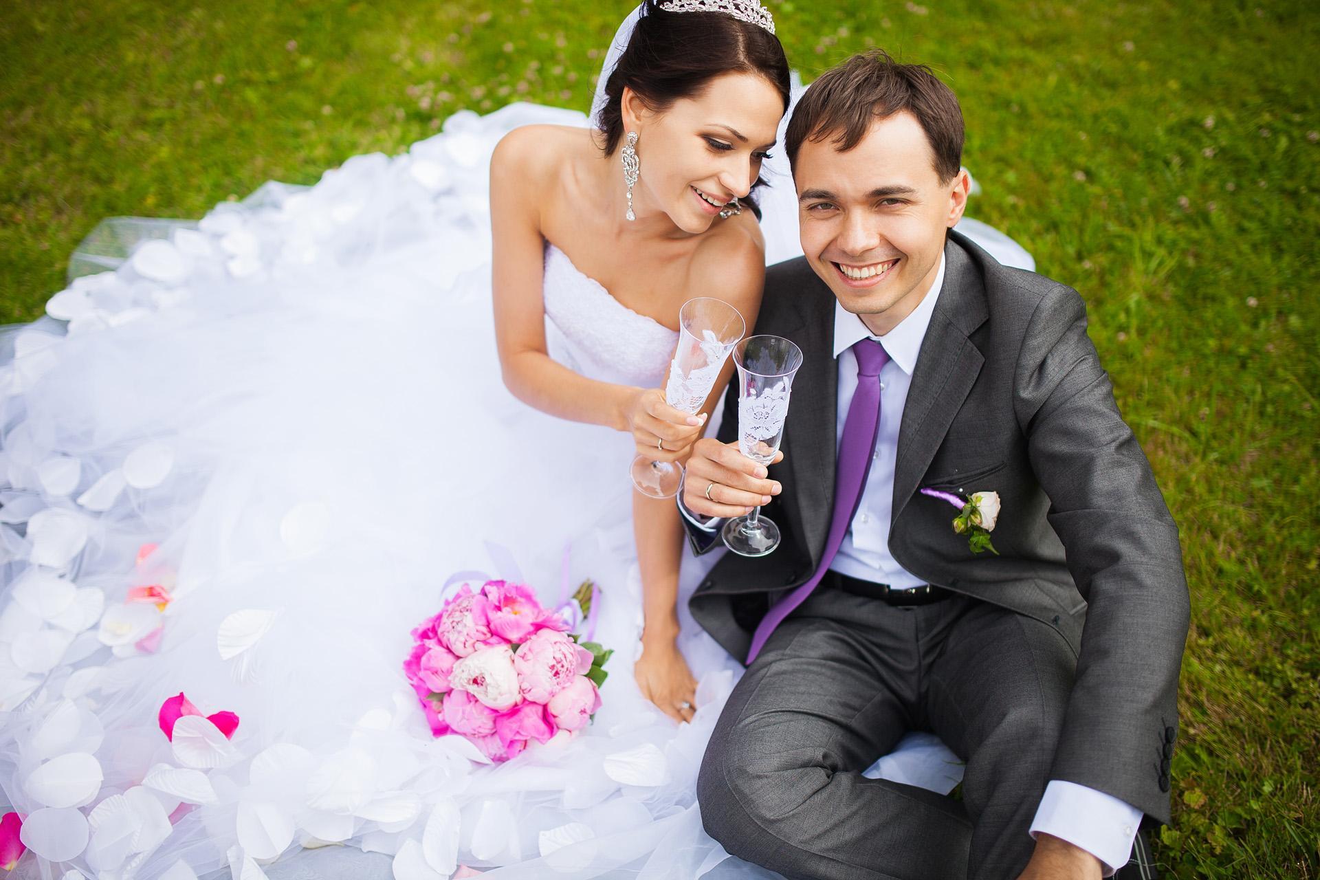 А вот свадьба сына зачастую говорит о том, что юноша пока морально не созрел для создания своей семьи.